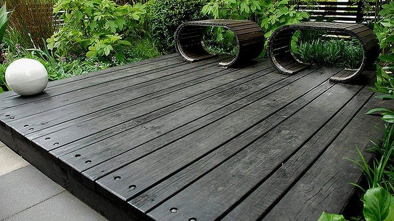 A very simple, yet very elegant, free-standing deck
