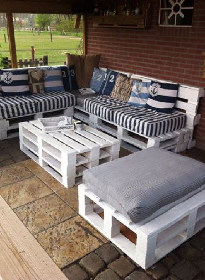Turn old pallets into patio furniture diy projects for for Table exterieur palette