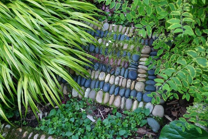 How to make pebble mosaic stepping stones diy projects - Stepping stones and pebbles ...