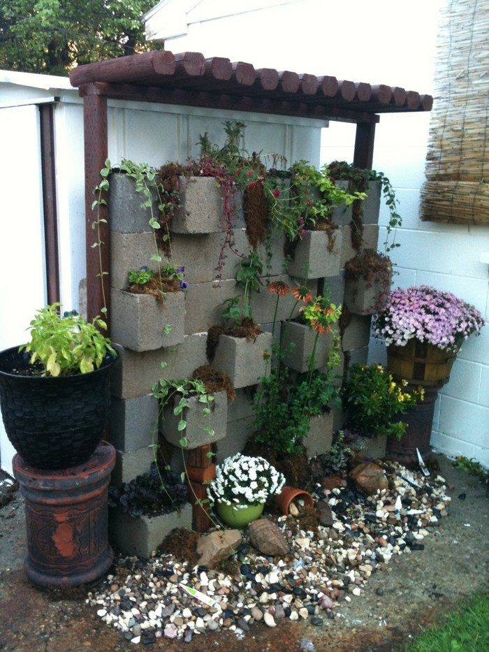 vertical garden from cinder blocks diy projects for. Black Bedroom Furniture Sets. Home Design Ideas