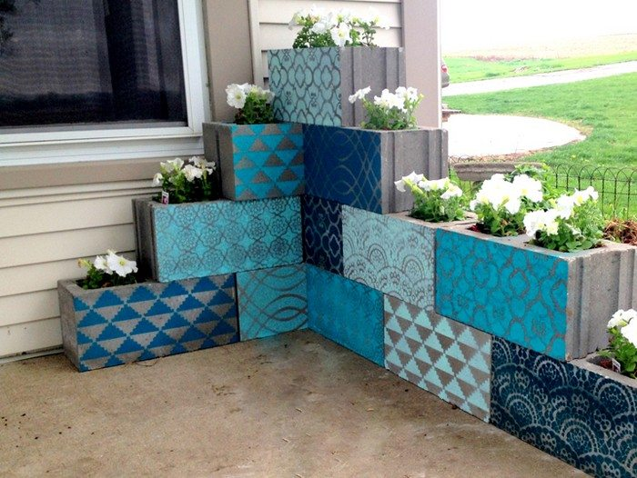 Vertical garden from cinder blocks diy projects for for Bordure fenetre beton