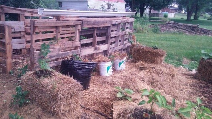 Swimming pool from recycled pallets diy projects for everyone - Grow Potatoes With A Hay Bale Garden Diy Projects For Everyone